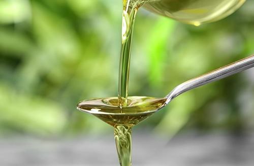 olie op een lepel
